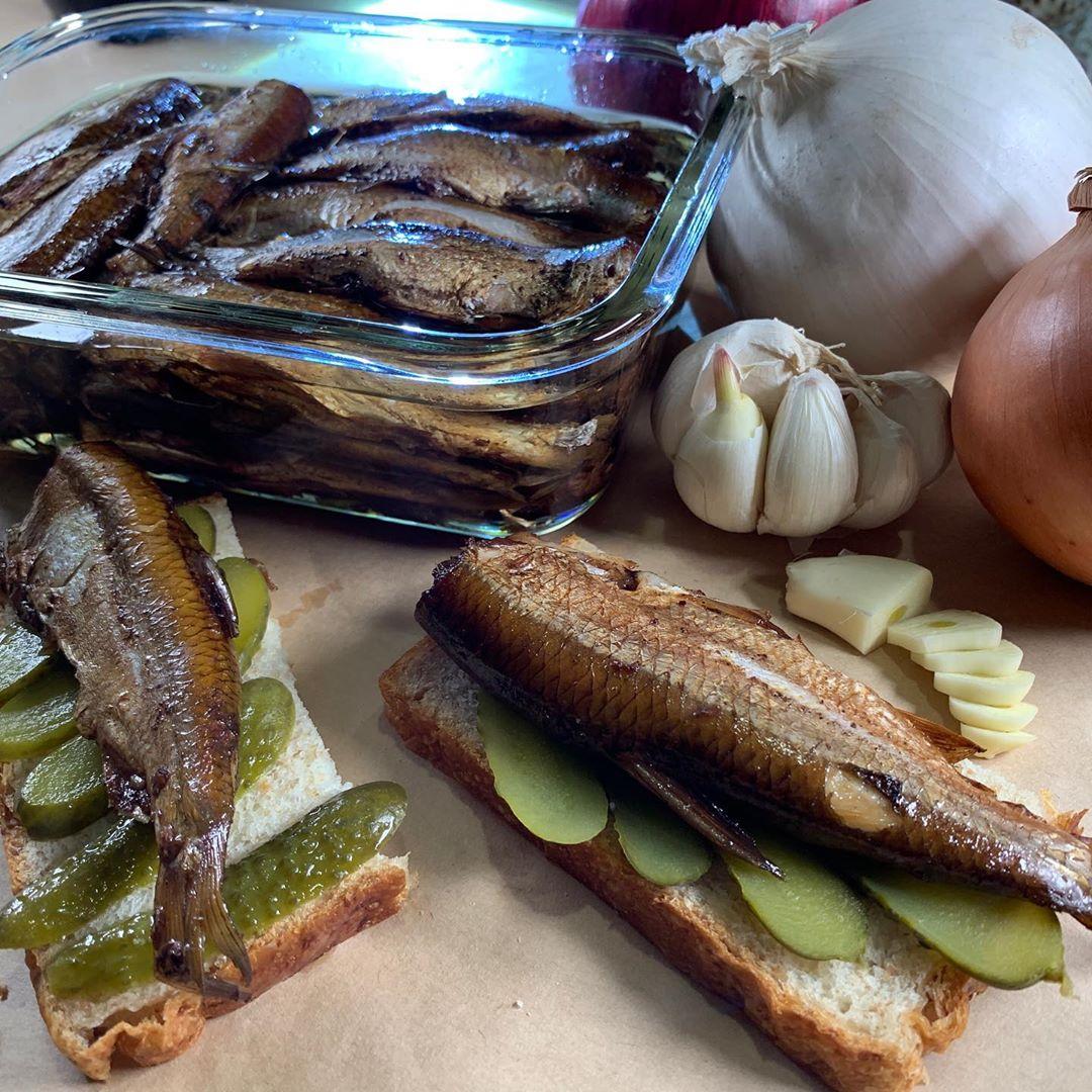 Самодельные шпроты. Очень неплохо получилось, но ЧИСТИТЬ столько мелкой рыбы.... Handmade sprats. Almost same taste, quite good. BUT CLEAN to many small fishes...